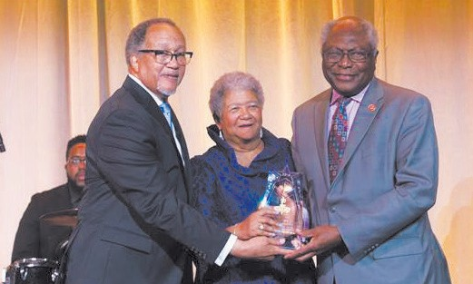 Dr. Ben Chavis and Dorothy Leavell Presents NNPA Leadership Award to Rep. Jim Clyburn